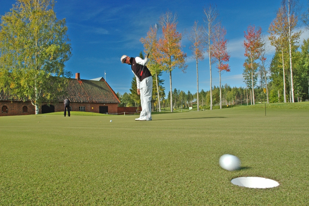 Golfer Mikko Ilonen holes out at Linna Golf