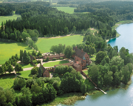 Linna Golf is set in a country estate near a Castle